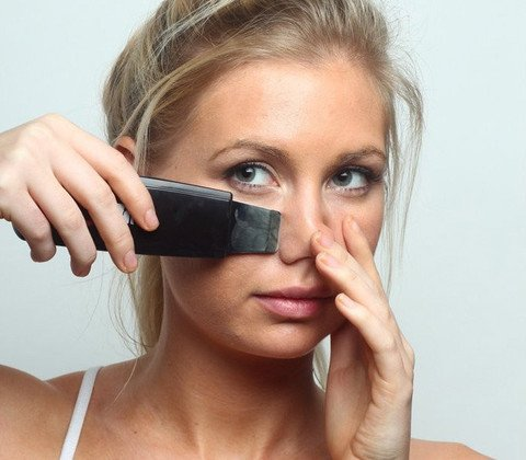 womanm using labelle ultrasonic skin scraper