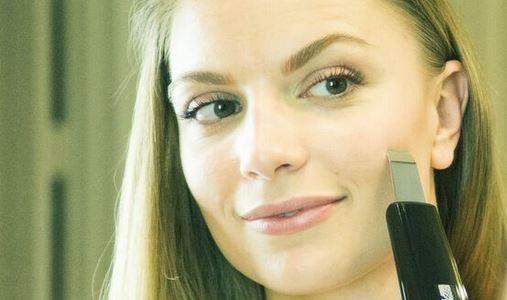 woman using the labelle skin spatula